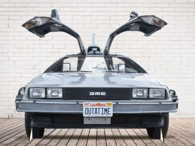 Photocall rigido Delorean Regreso al Futuro para bodas y eventos